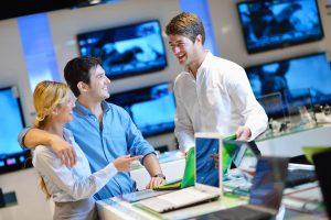 Køb på afbetaling - et smilende par i elektronik-butik